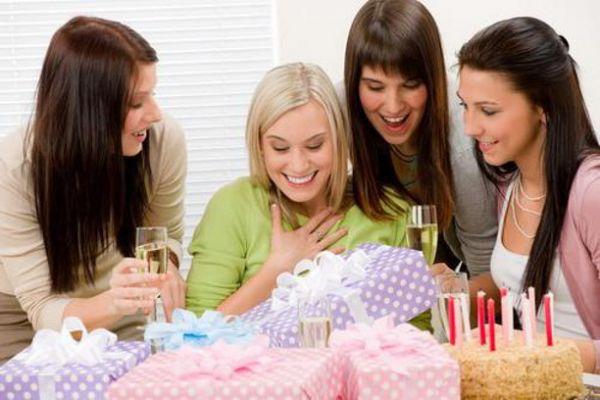 Новый год: что лучше подарить подруге детства?