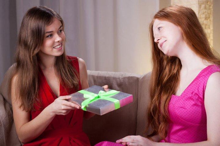 Топ-10 универсальных подарков для замужней подруги